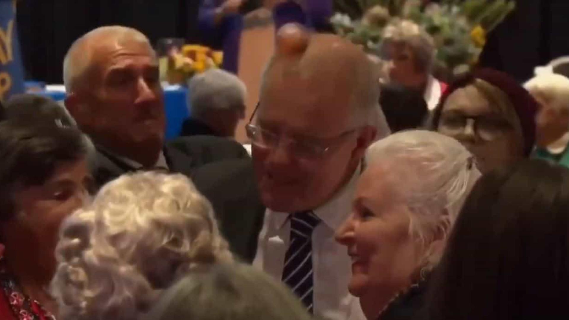 Premier australiano atingido por ovo durante campanha eleitoral