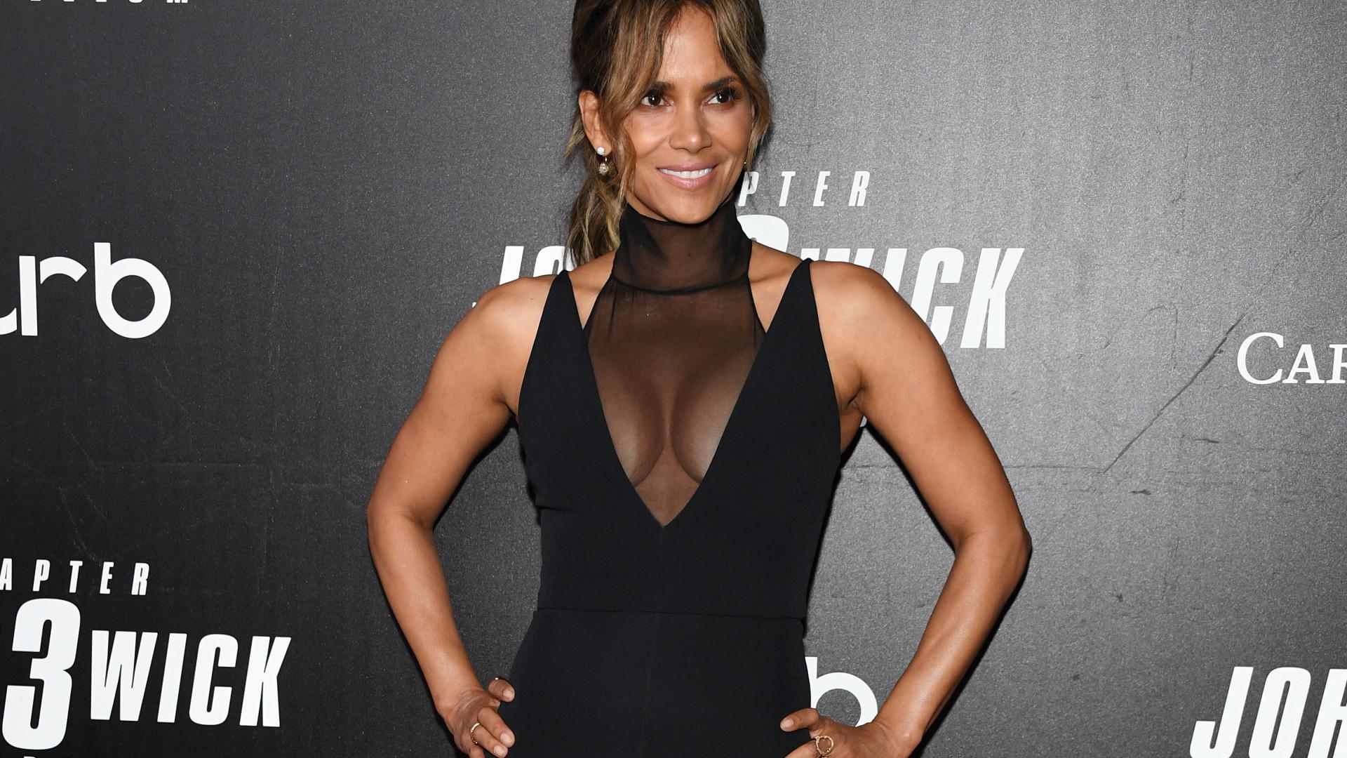 Uau! Halle Berry dispensa lingerie ao usar vestido (muito) sensual