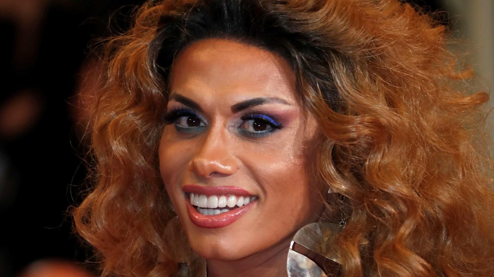 Silvero Pereira causa alvoroço ao surgir de drag em Cannes