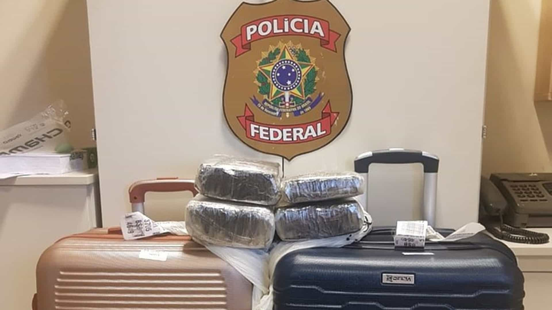PF prende família com criança de 2 anos e 19 kg de cocaína em aeroporto