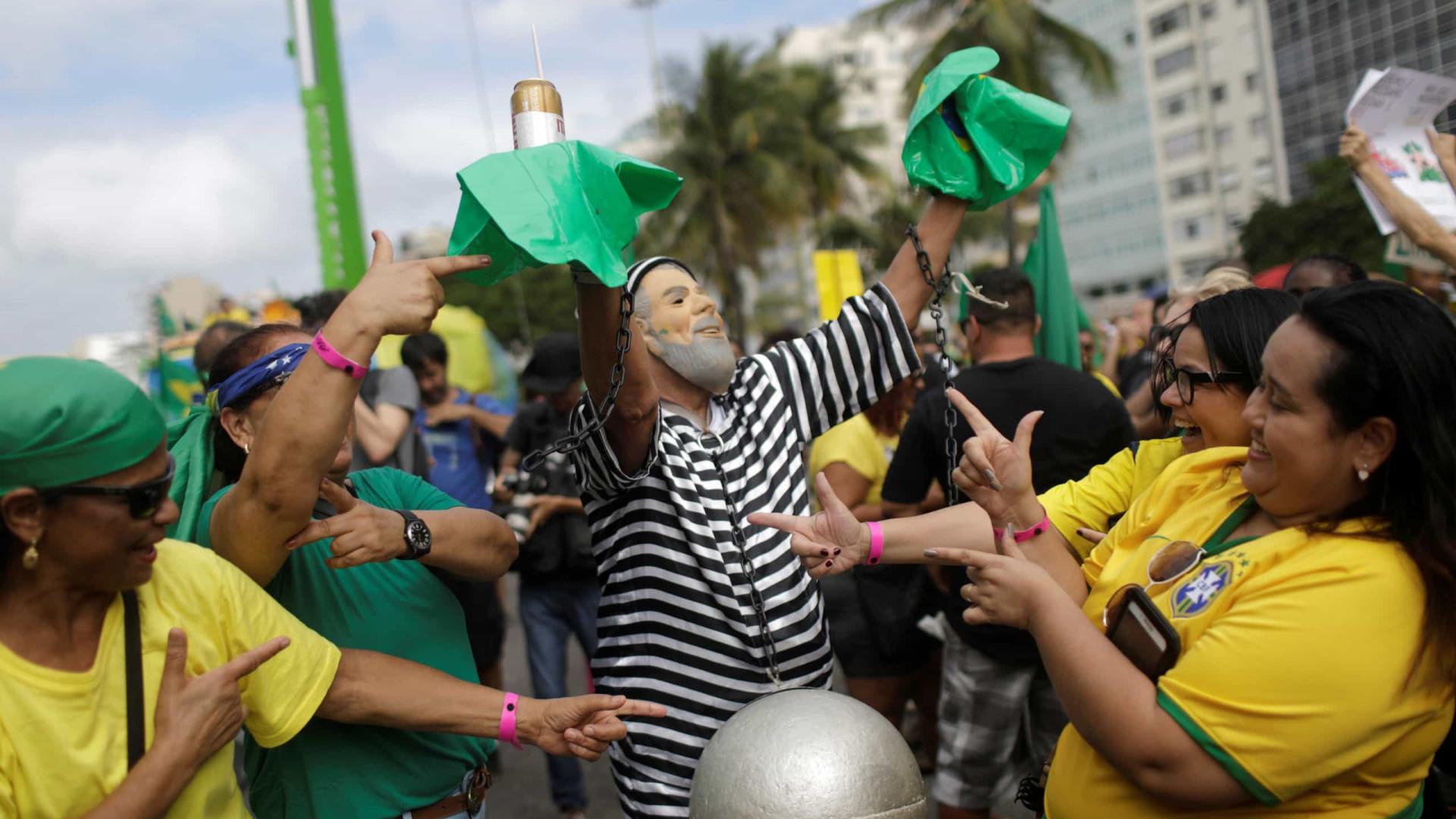 Ato no Rio tem pedidos de fechamento do STF e intervenção militar