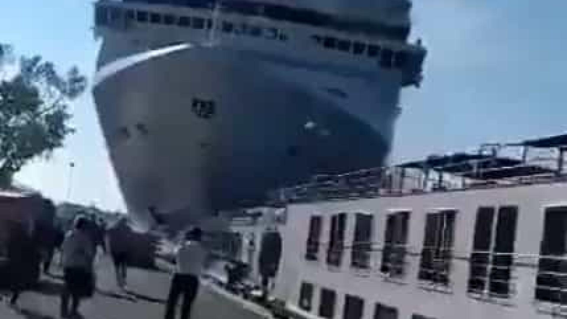 Cruzeiro choca contra cais e barco em Veneza