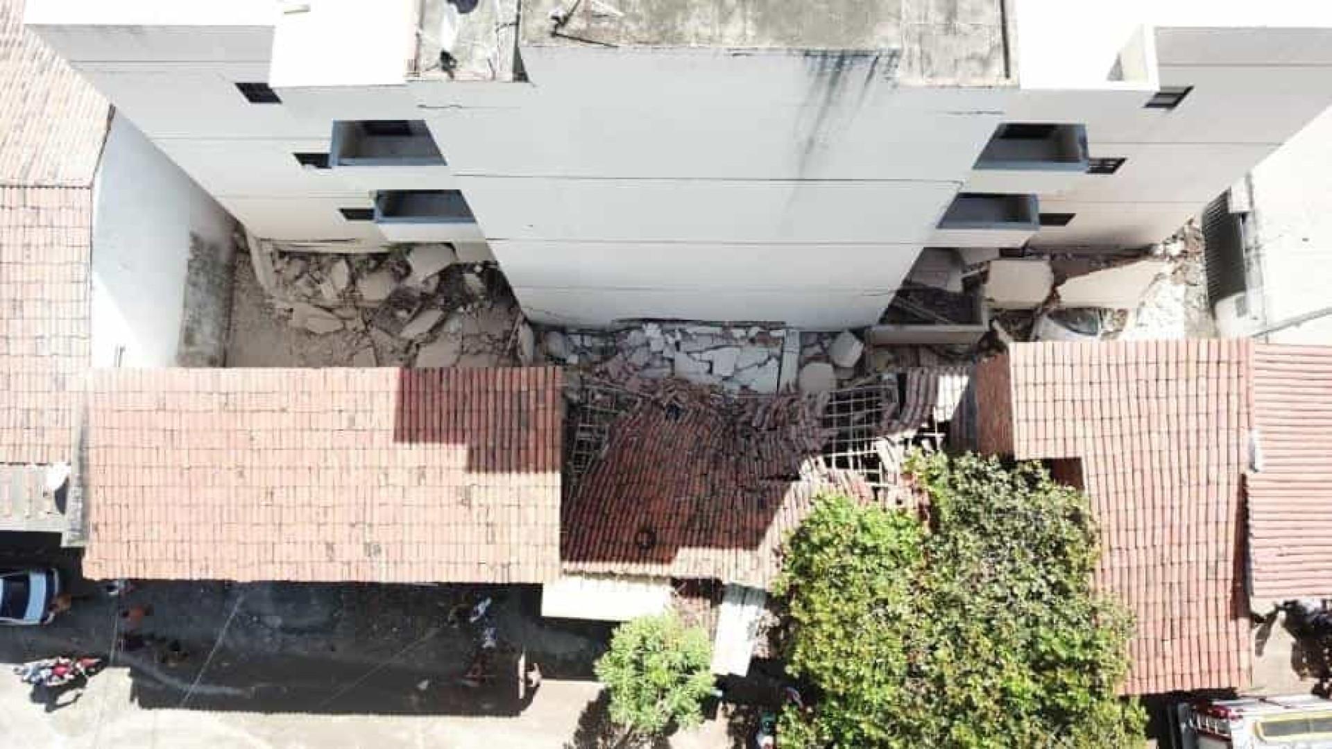 Parte de prédio desaba em Fortaleza; moradores deixam local às pressas