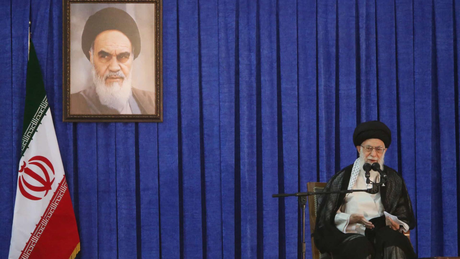 Líder supremo do Irão desmente negociações com os EUA
