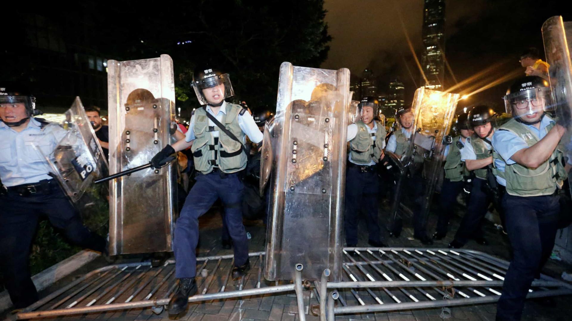 Manifestantes invadem Conselho Legislativo de Hong Kong
