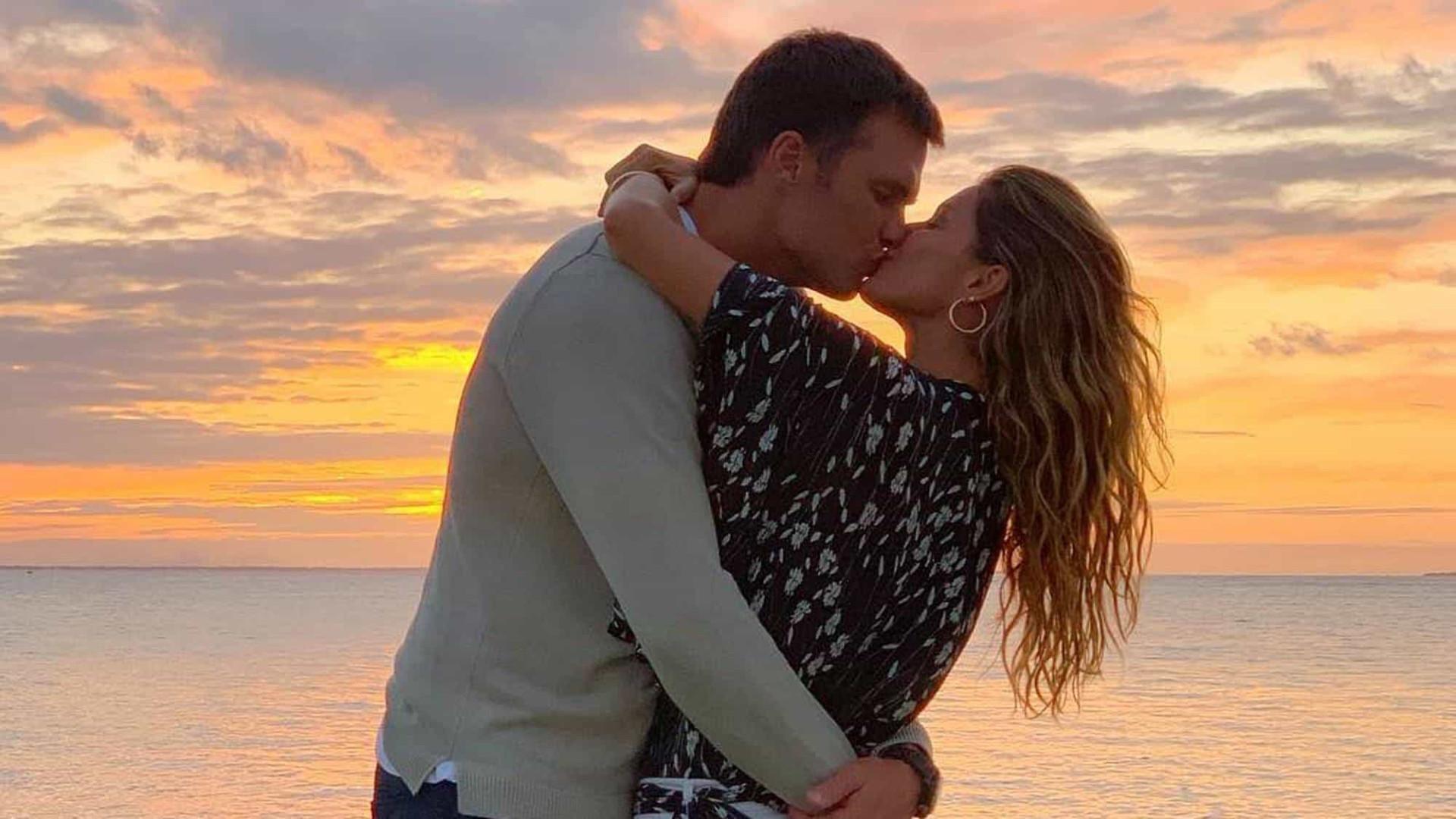 Gisele Bündchen se declara a Tom Brady com foto de beijo apaixonado