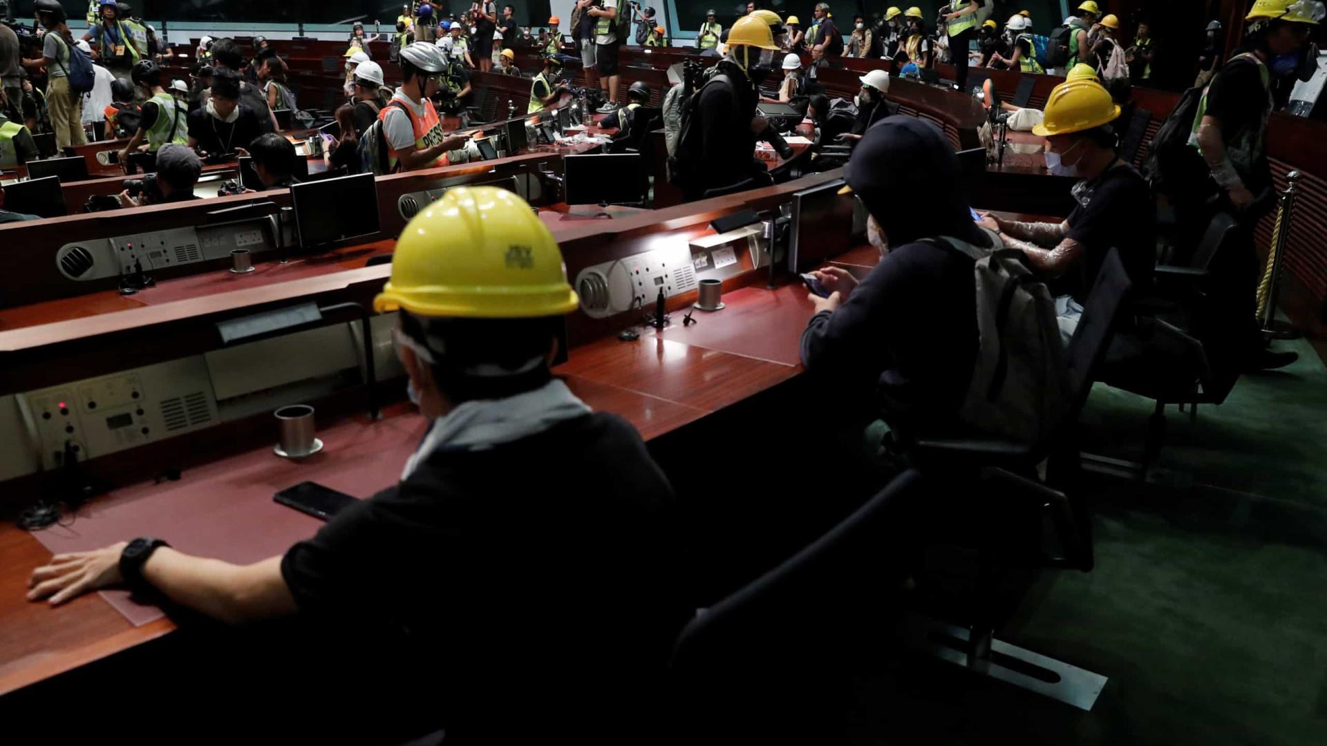 Polícia de Hong Kong obriga manifestantes a sair prédio do Legislativo