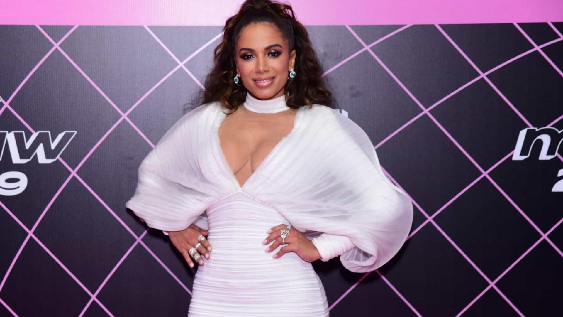 Anitta evita falar com artistas e causa climão em premiação da MTV
