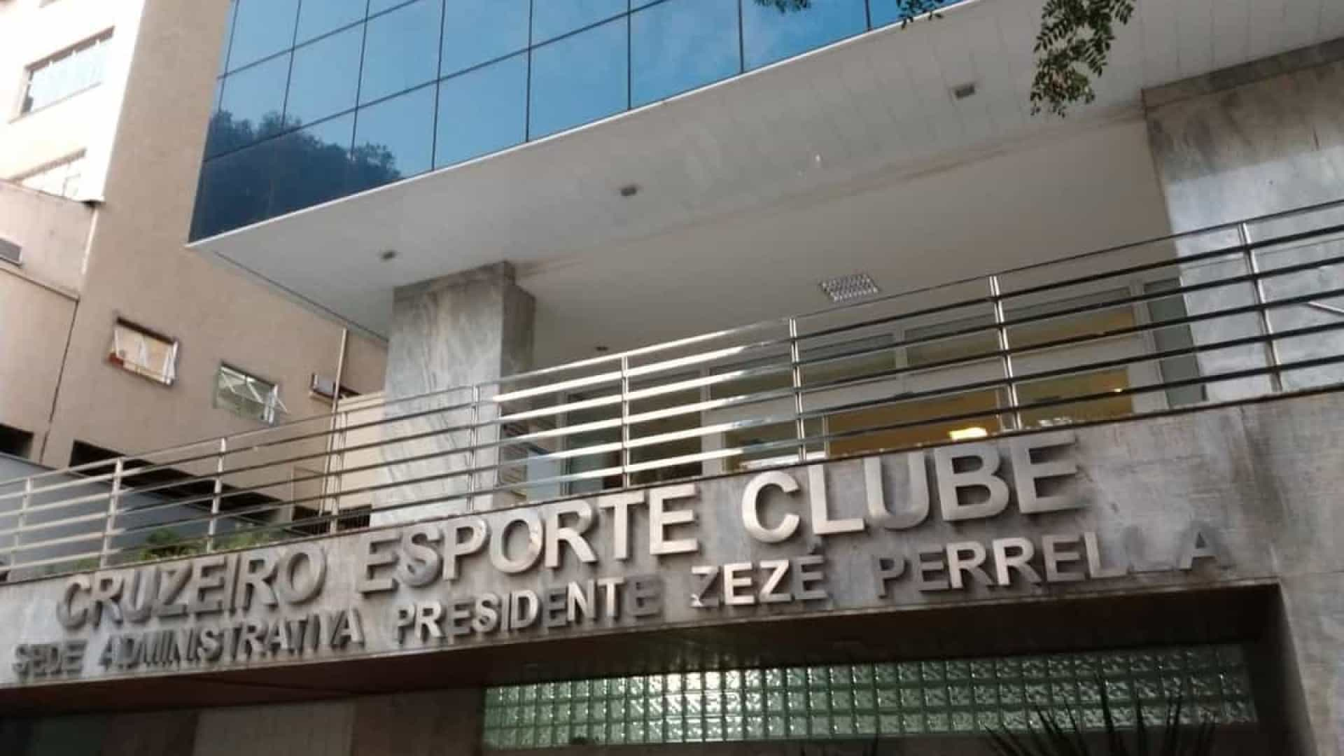 Polícia cumpre mandados de busca e apreensão na sede do Cruzeiro