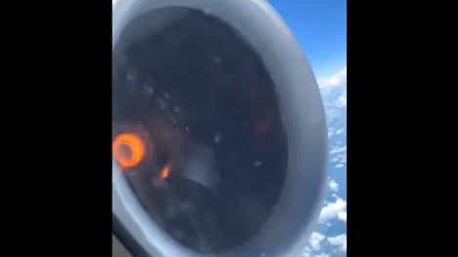 Passageiro regista momento em que peça de motor de avião se solta