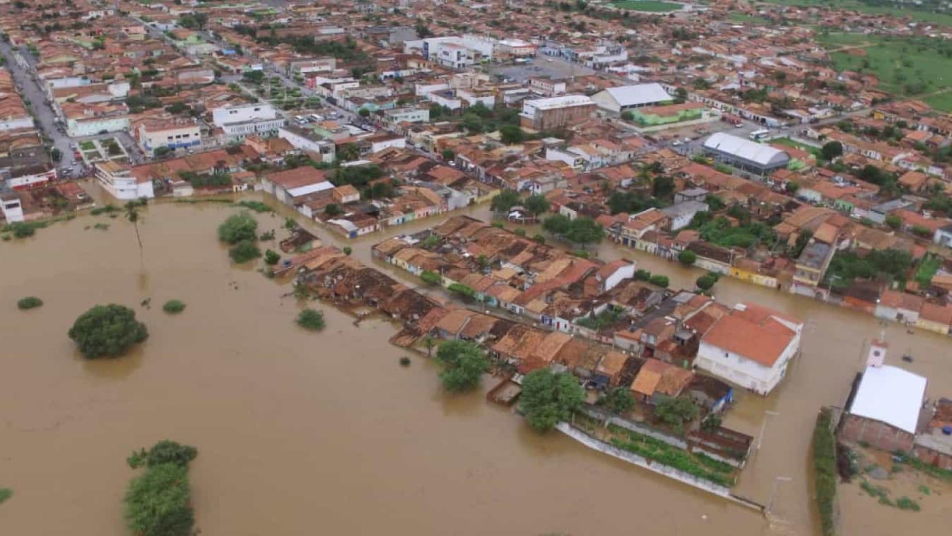 Rachadura em nova barragem mantém moradores em escolas na BA