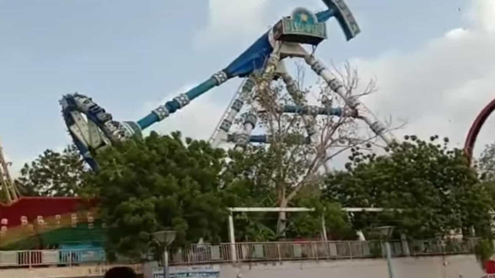 Vídeo: brinquedo quebra ao meio e mata duas pessoas na Índia