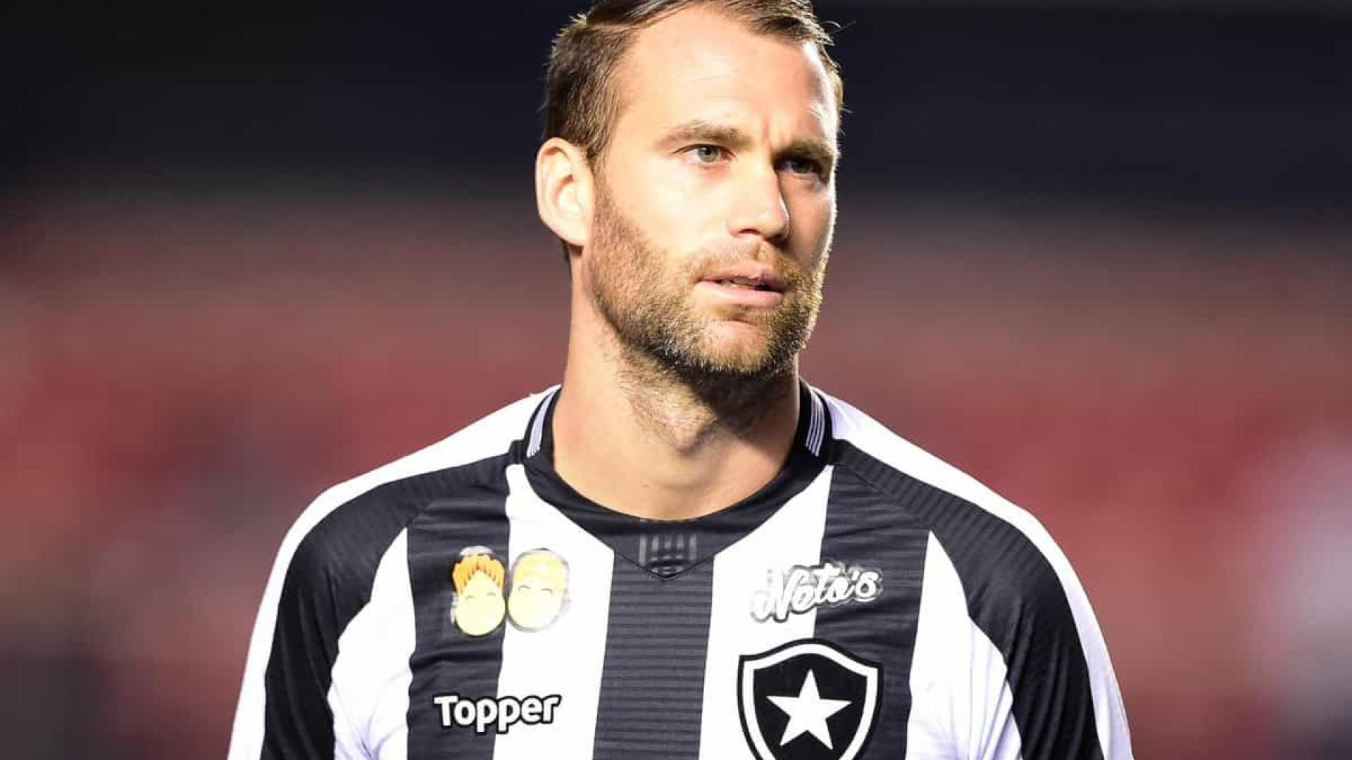 Recuperado, Carli treina e deve voltar ao Botafogo em clássico