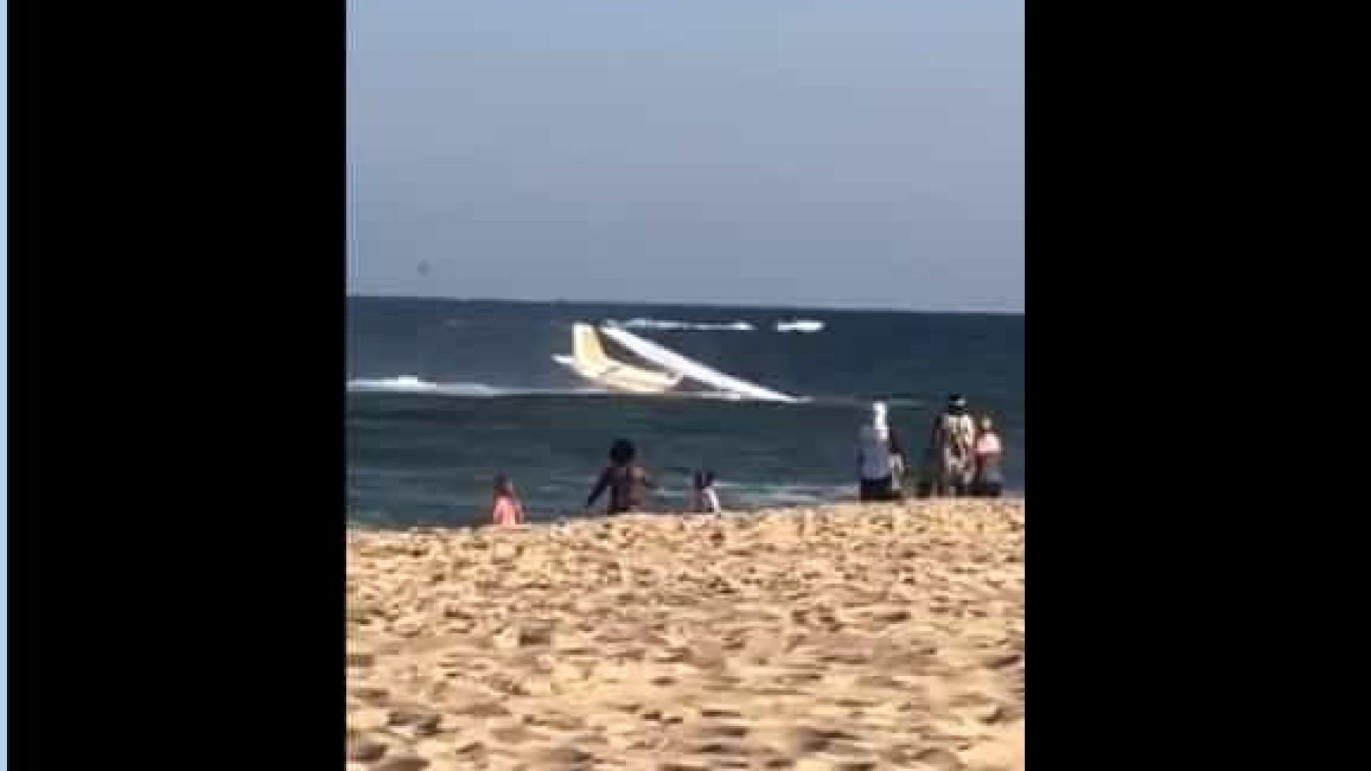 Avião faz pouso de emergência em praia dos EUA