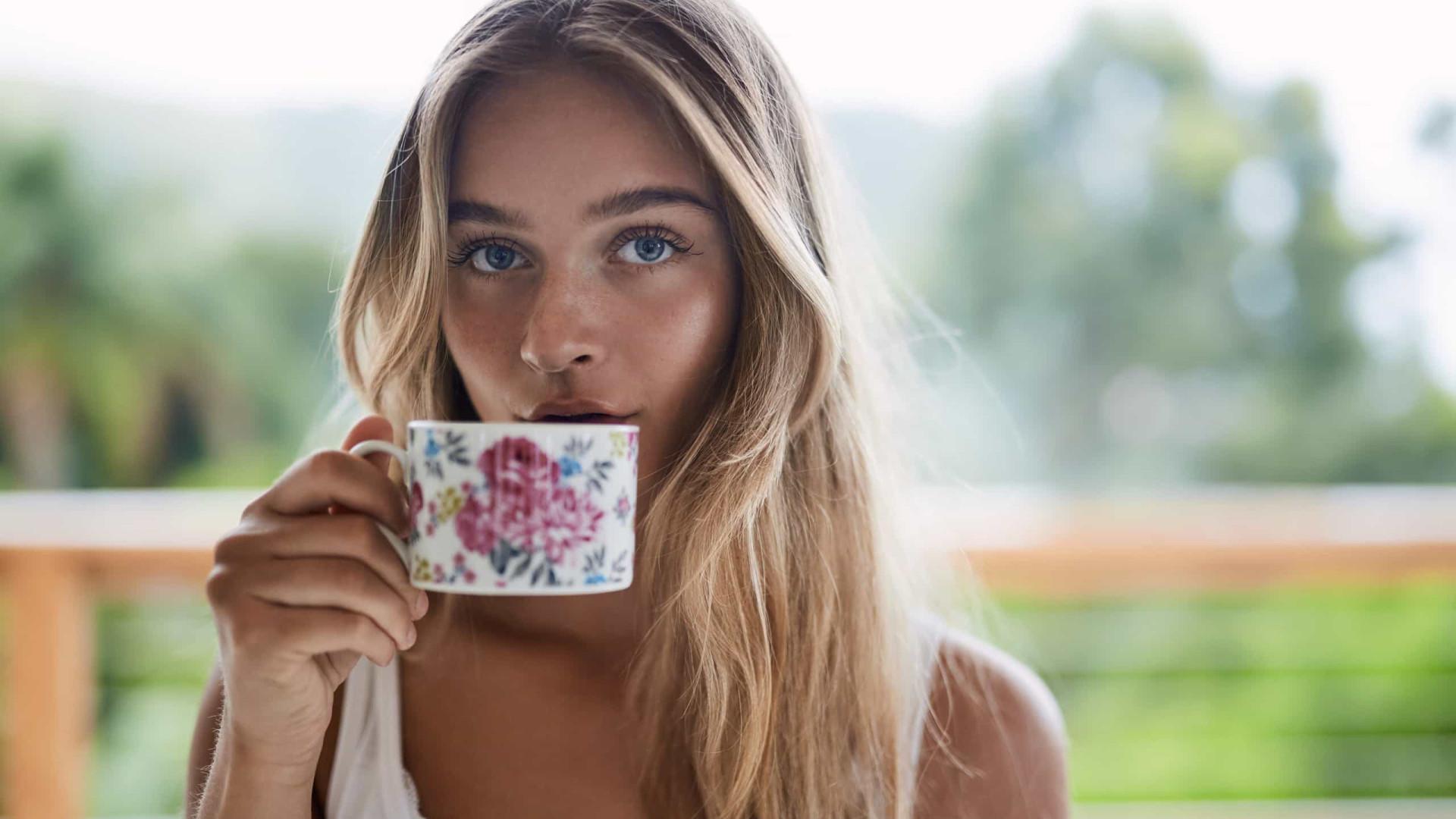 A receita do chá potente que queima gordura de forma saudável