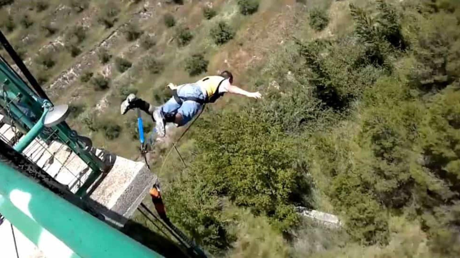 'Youtuber' morre ao pular de paraquedas e cair em fábrica de cimento