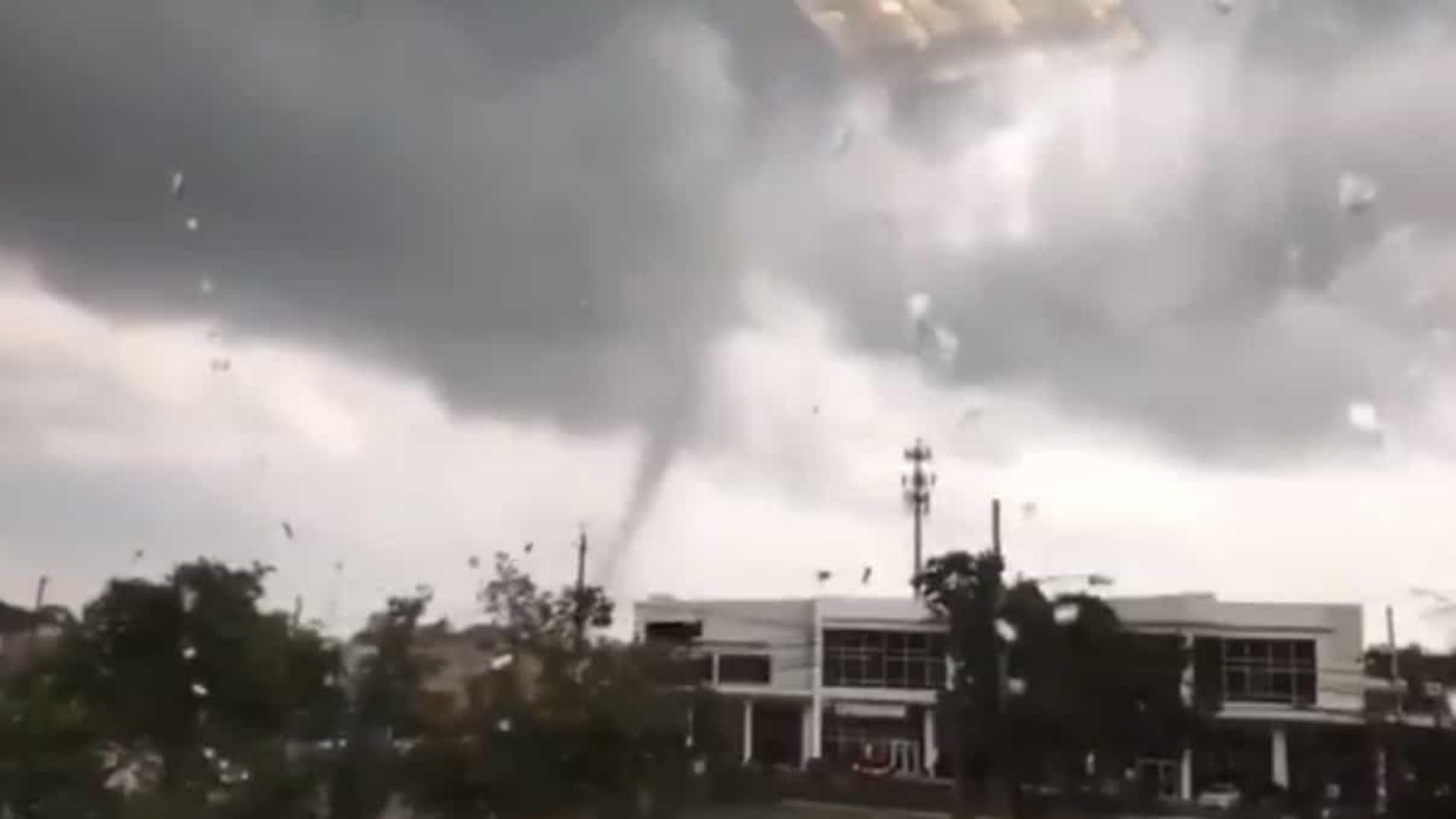 Tornado causa estragos em casas e rede eletricidade de Nova Jersey