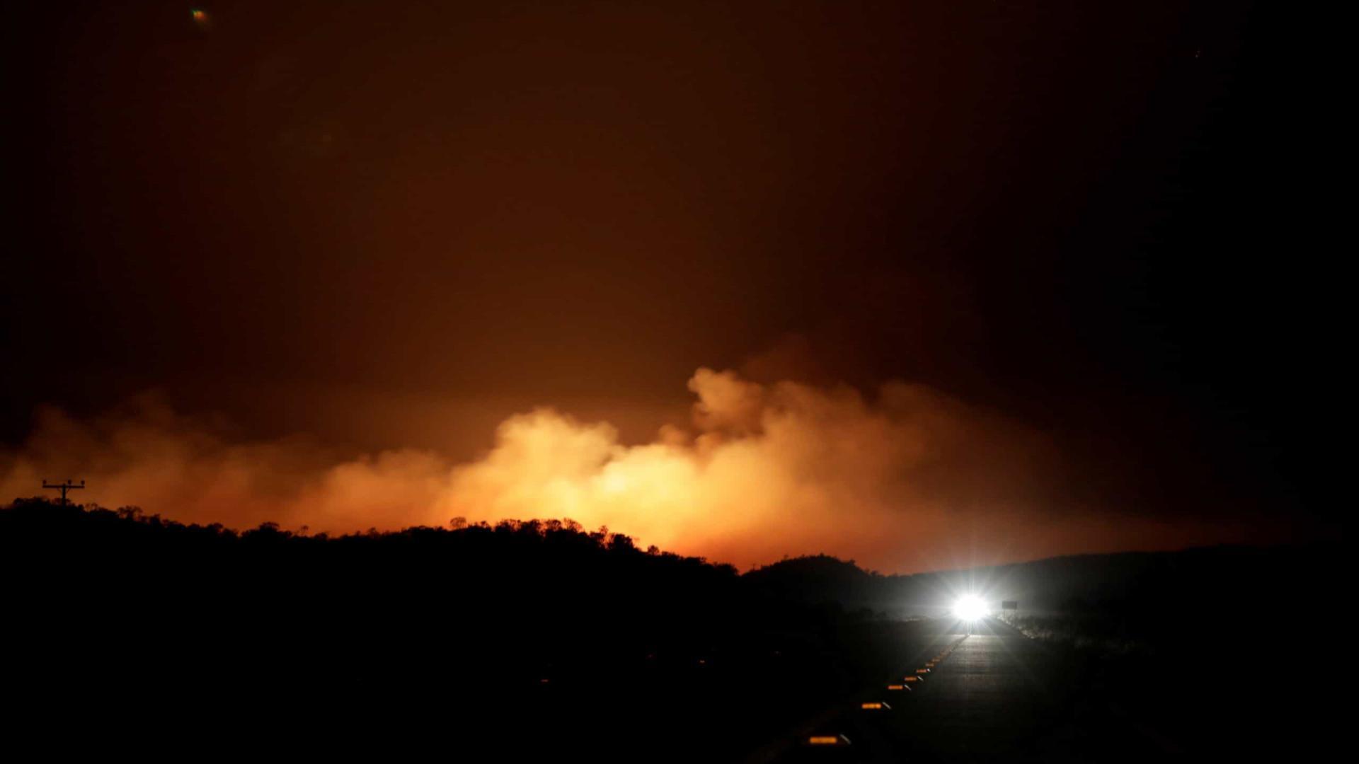 Fogo devasta há quatro dias área vizinha à Chapada dos Veadeiros, em Goiás