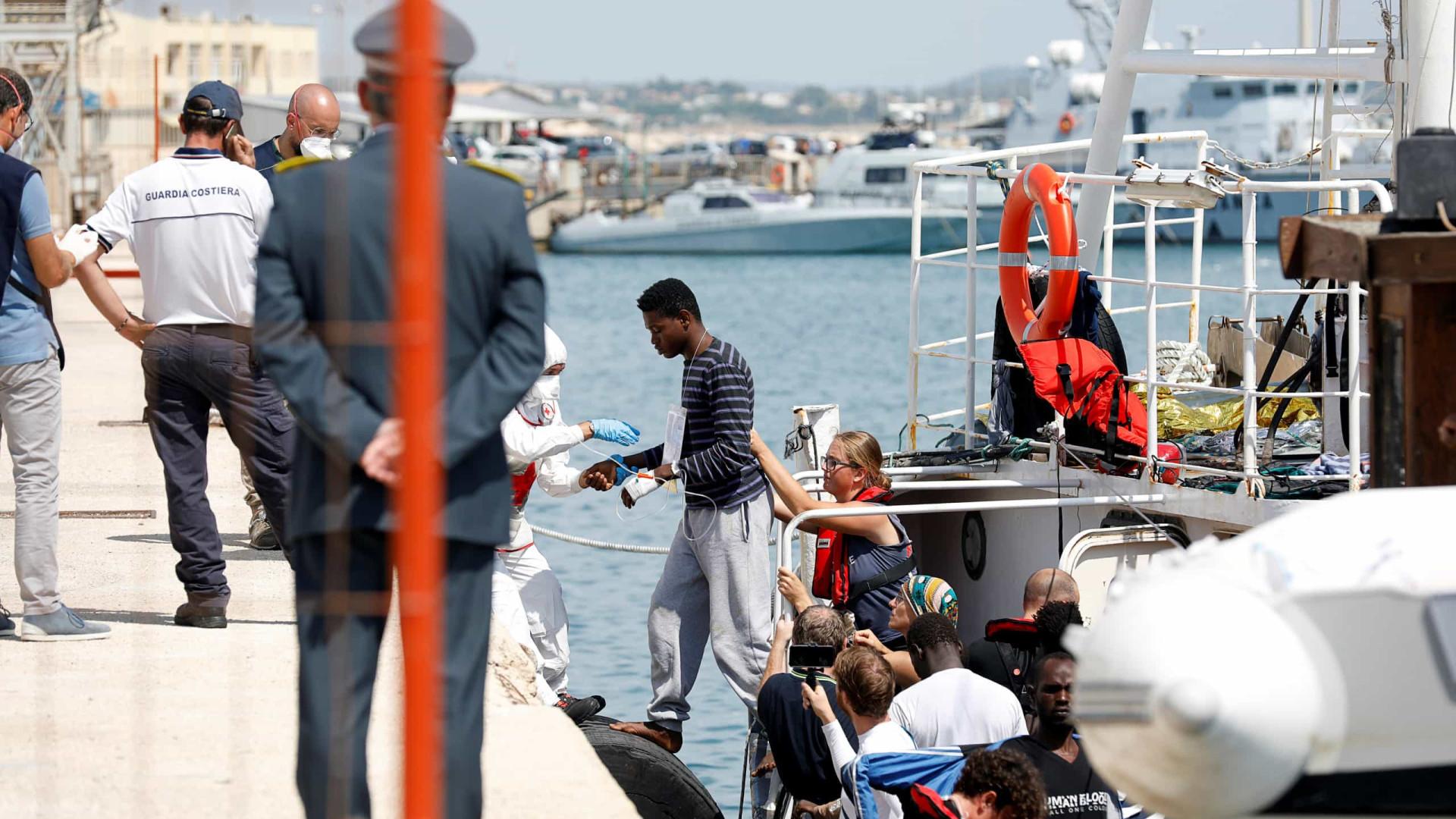 Italianos apreendem navio de resgate alemão com 104 migrantes