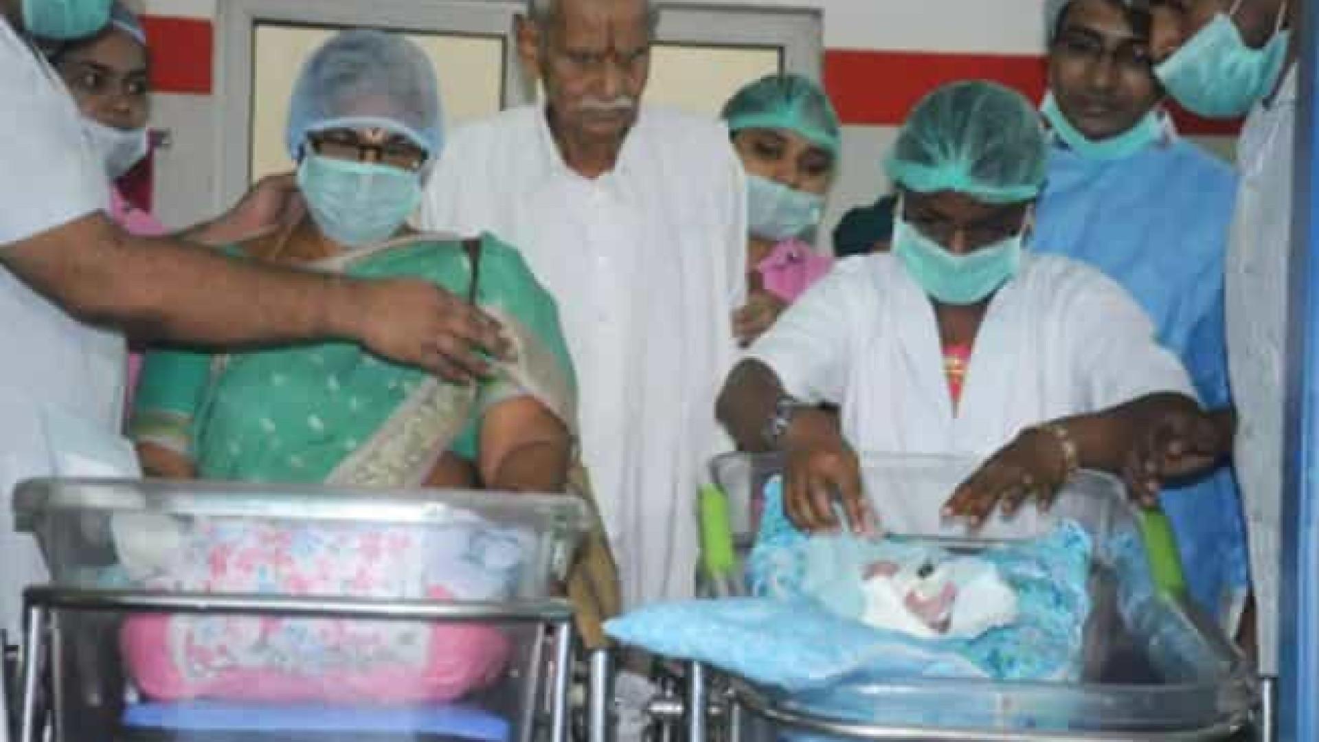 Mulher de 74 anos dá à luz duas meninas gêmeas