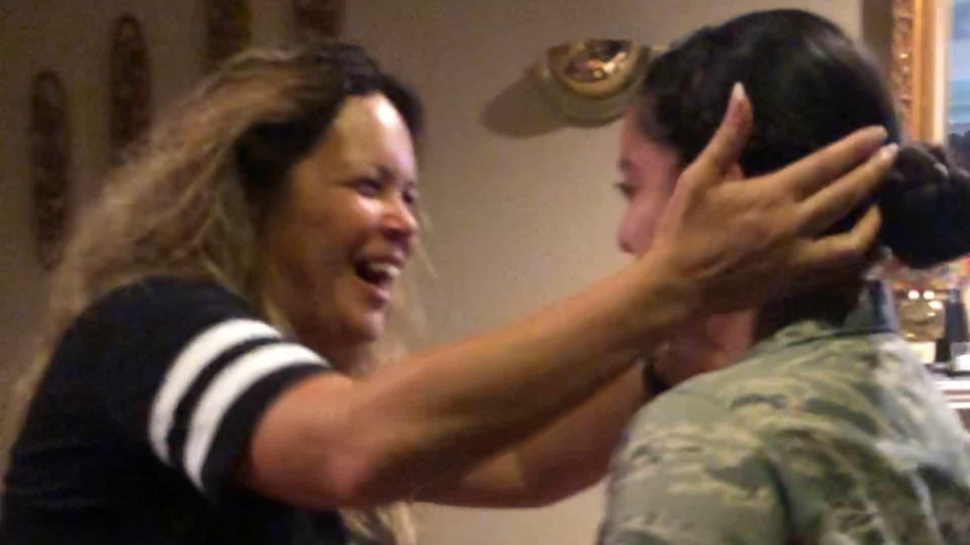 Filha militar faz surpresa emocionante à mãe ao retornar para casa