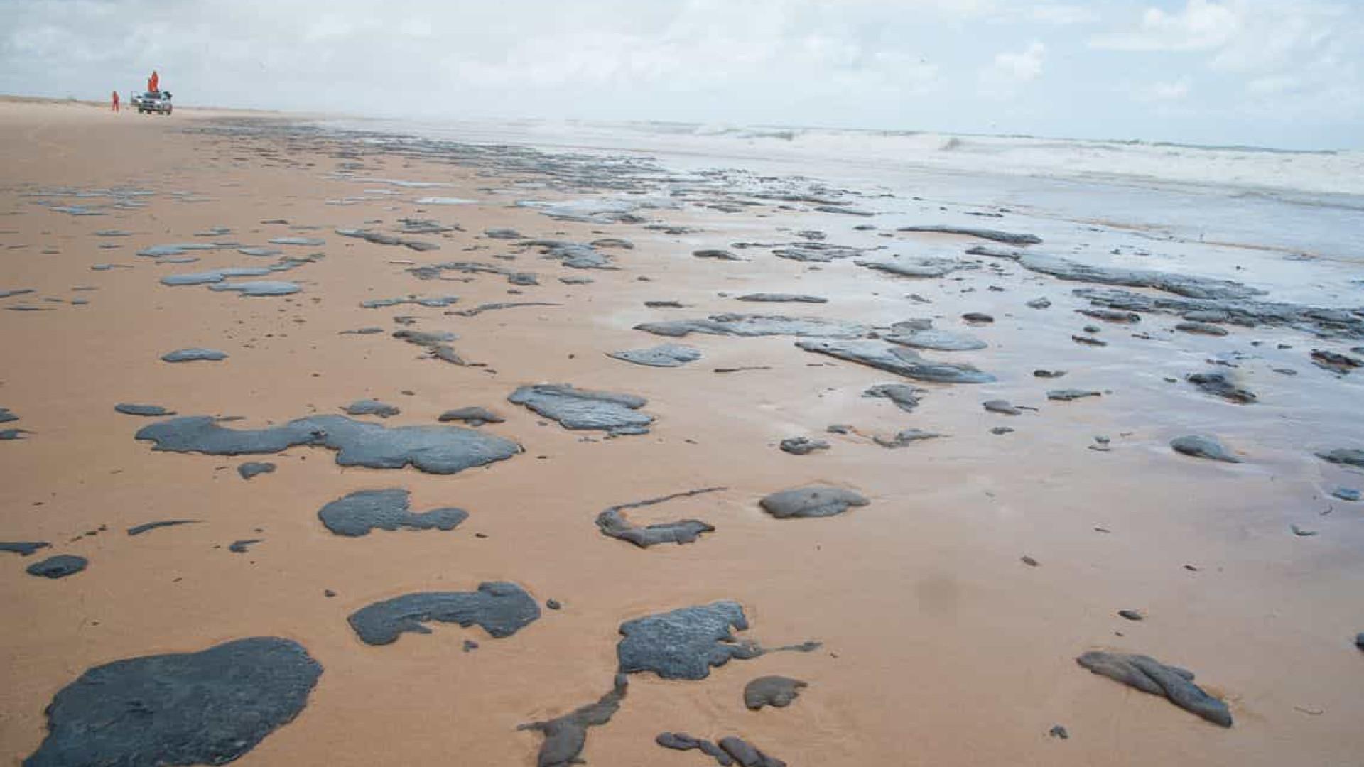 Manchas de óleo chegam a Cabrália e se aproximam de Porto Seguro