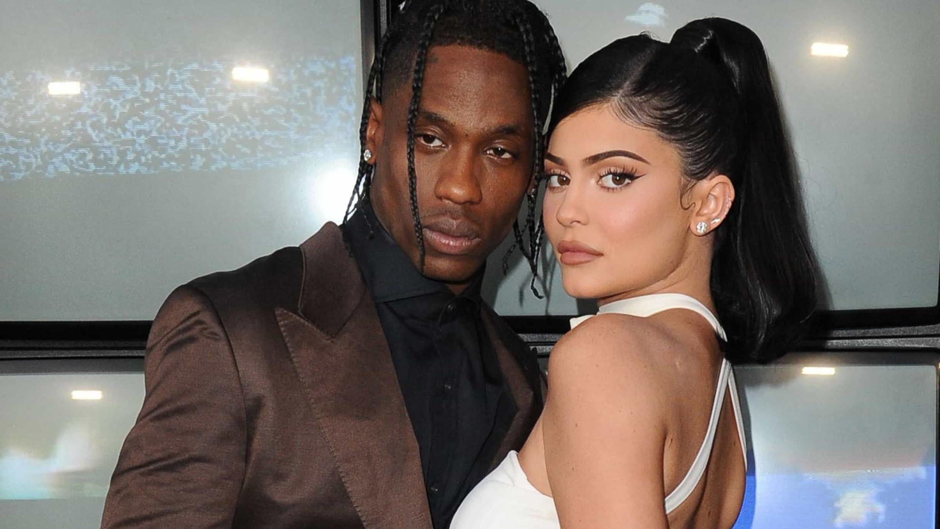 Vídeo único mostra Kylie Jenner e o 'ex' a tatuarem o nome da filha