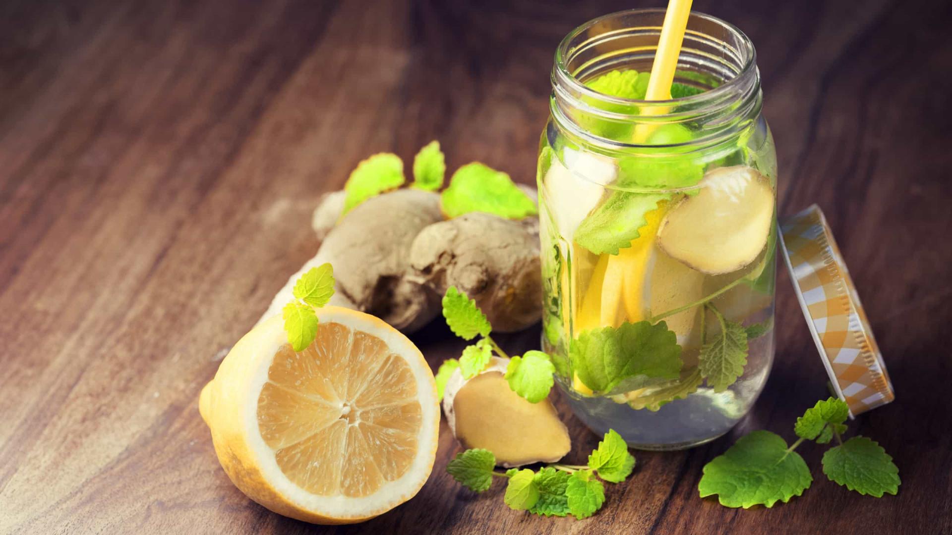 Teorias sobre a água com limão que tem de esquecer de vez