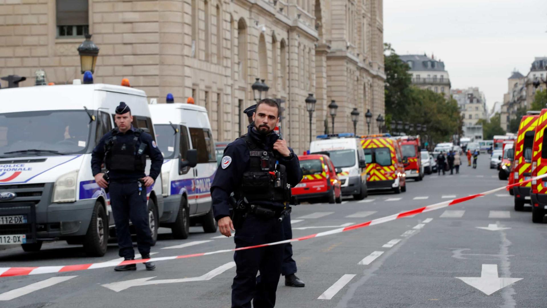 Homem que matou polícias em Paris pode ter ligações terroristas