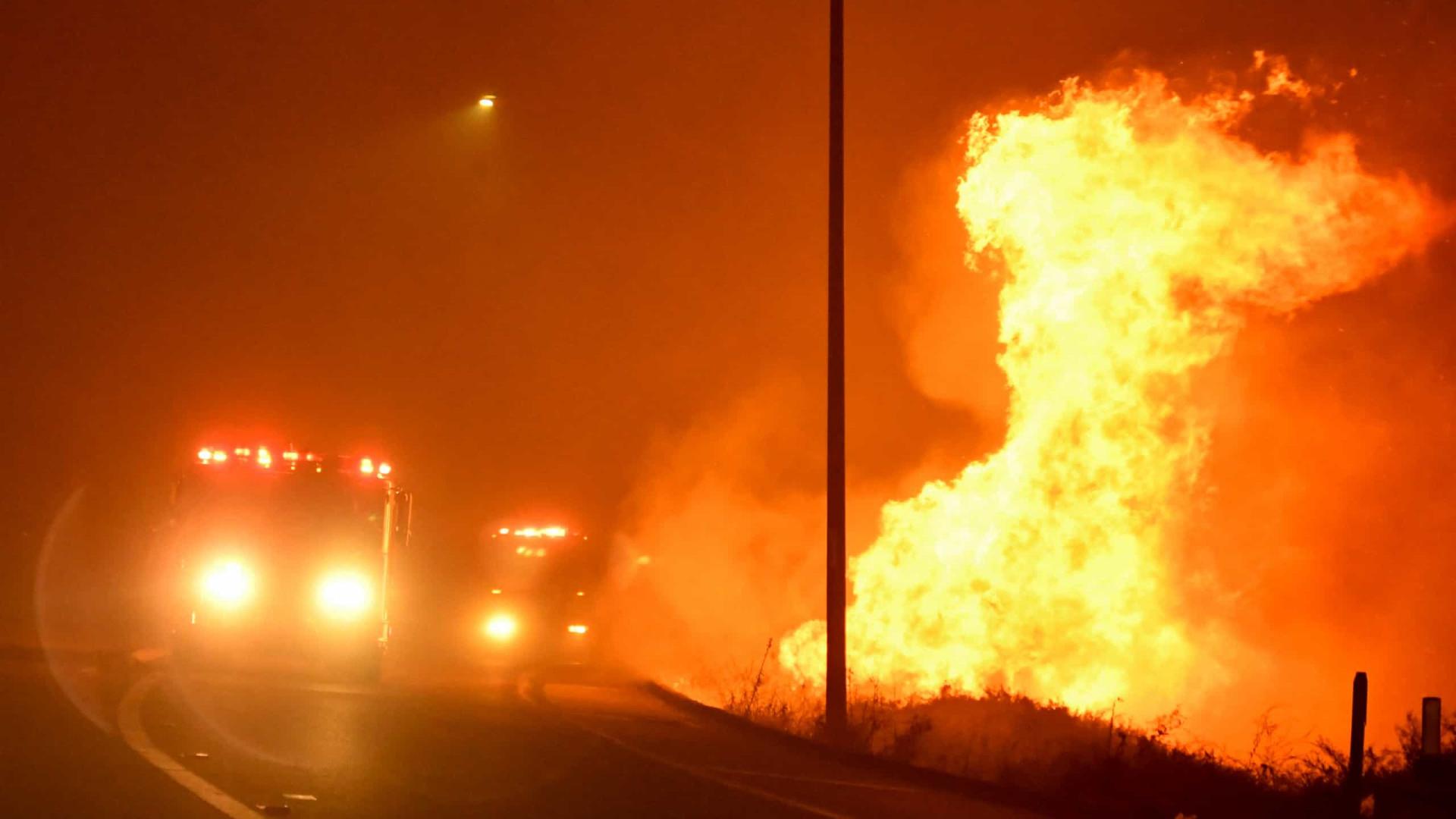 Incêndio em LA obriga cem mil pessoas a abandonar as suas casas