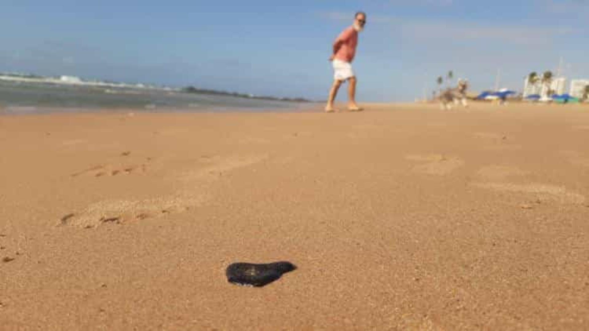 Manchas de óleo chegam a praias de Salvador