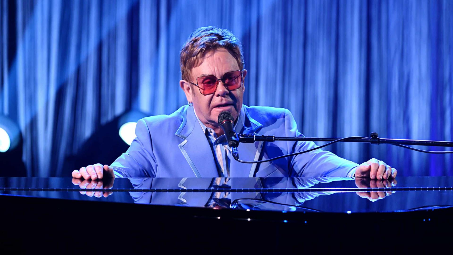 Elton John adia turnê após machucar quadril no final das férias