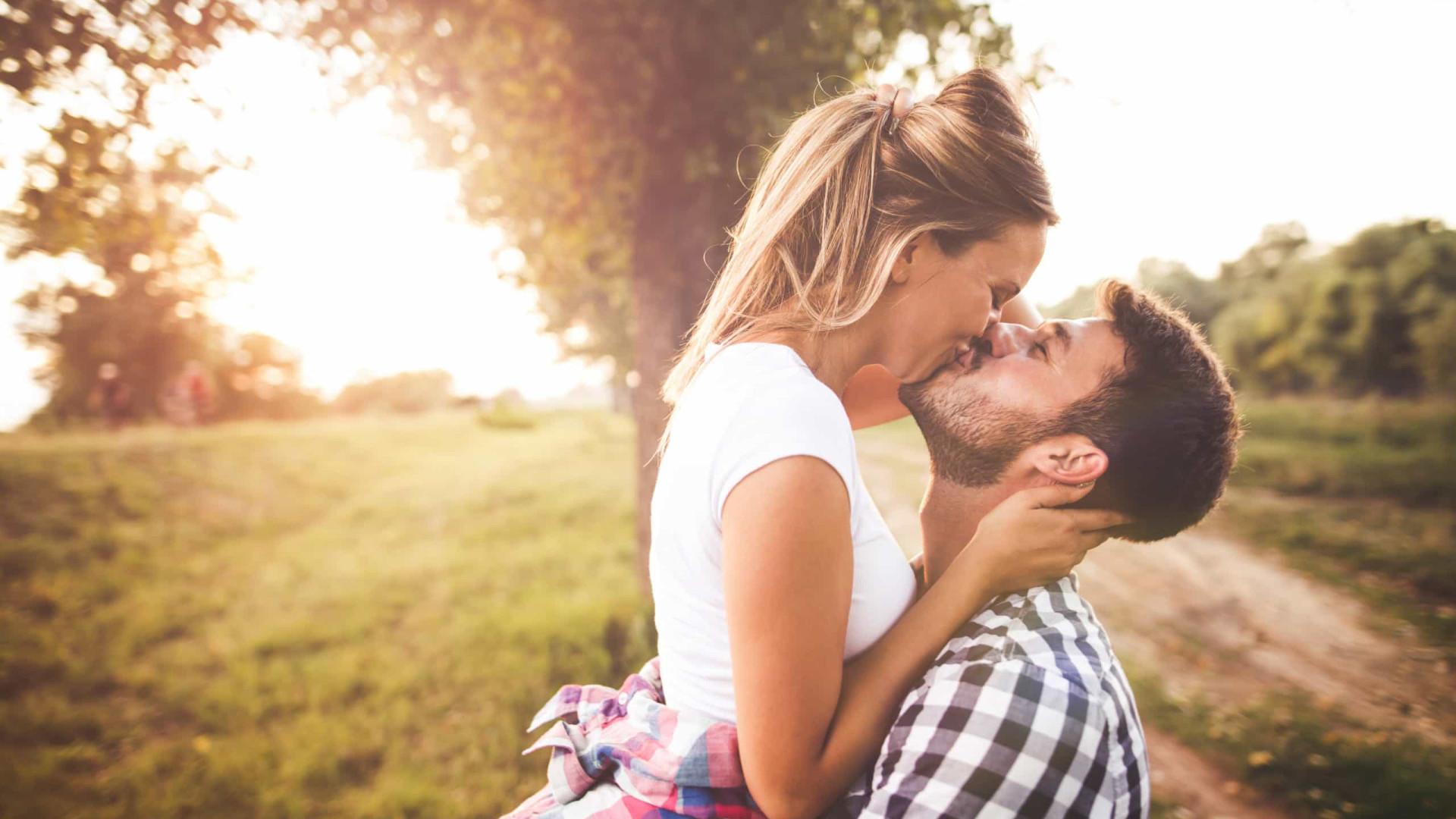 Um beijo pode transmitir doenças e cáries. Cinco medidas a tomar