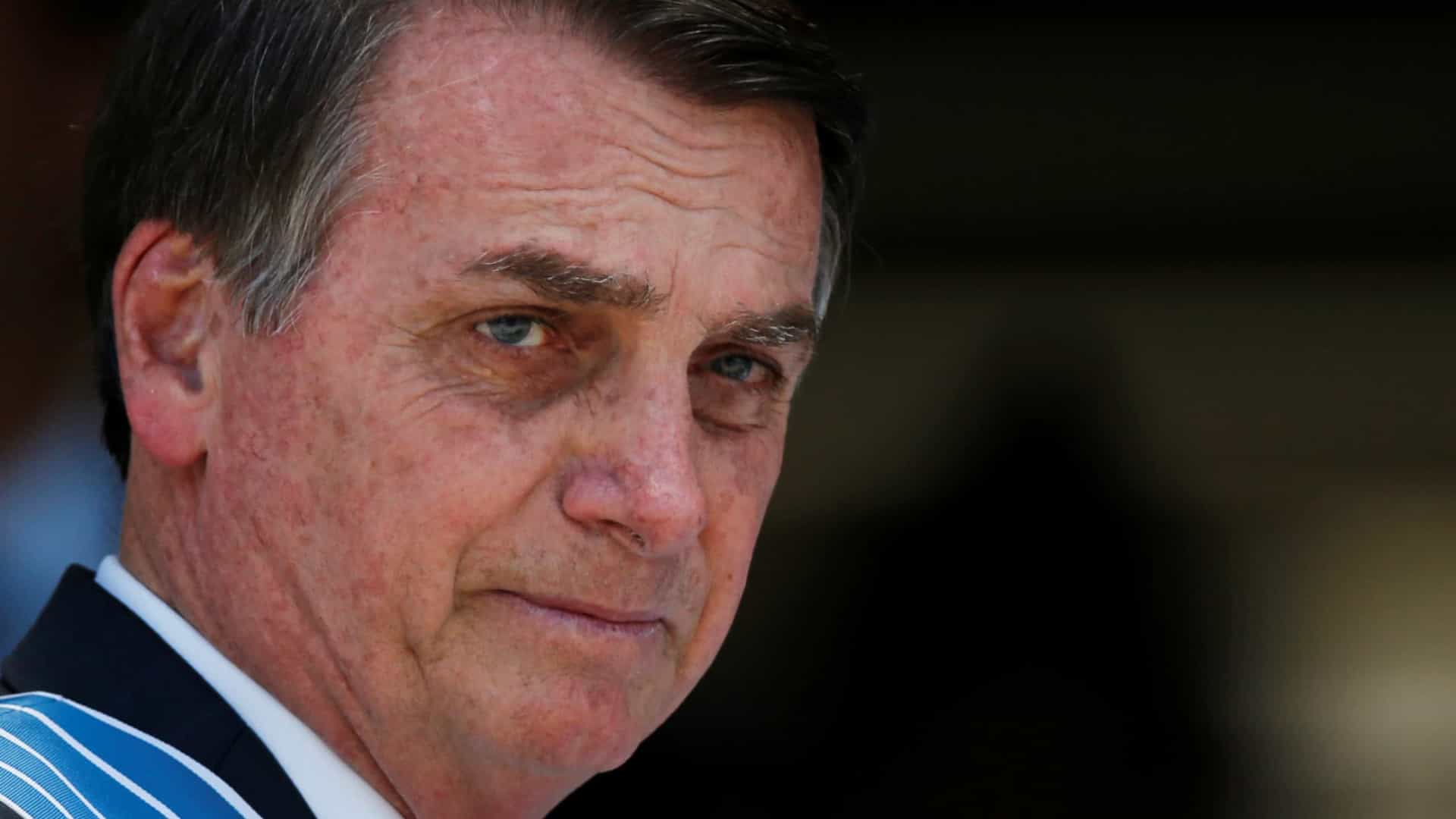 Bolsonaro assina GLO para Fortaleza e defende 'excludente de ilicitude'
