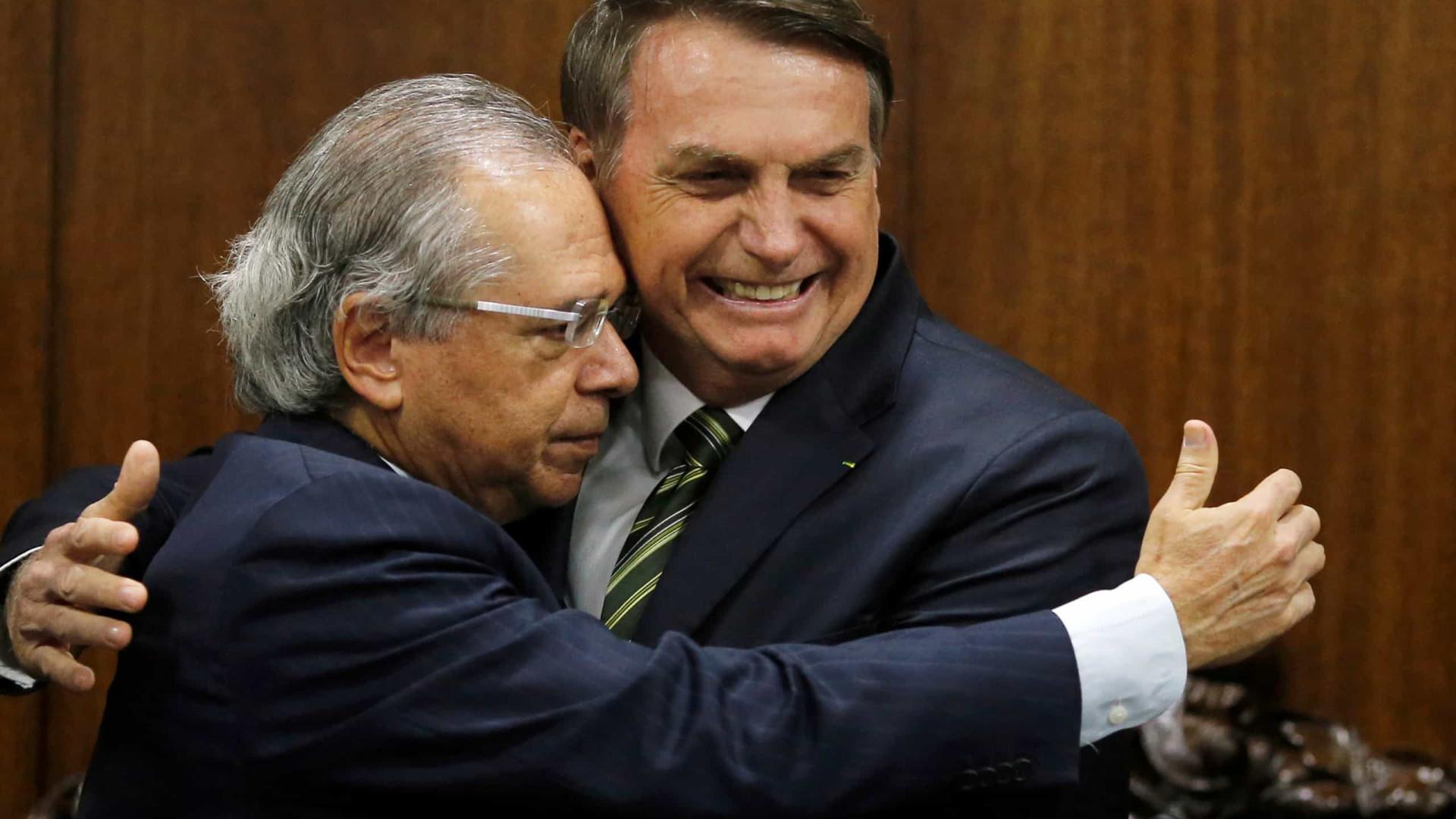 Em sinalização ao mercado, Bolsonaro afaga Guedes e diz não ter briga com Petrobras