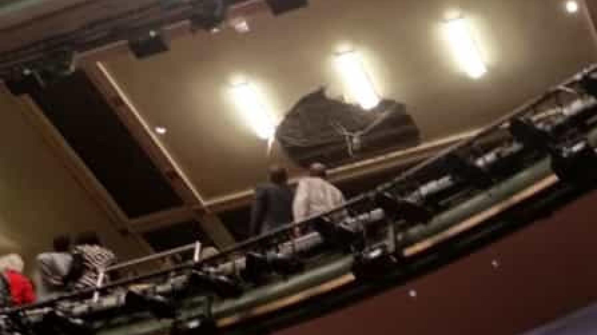 Teto de teatro de Londres cai parcialmente e deixa feridos