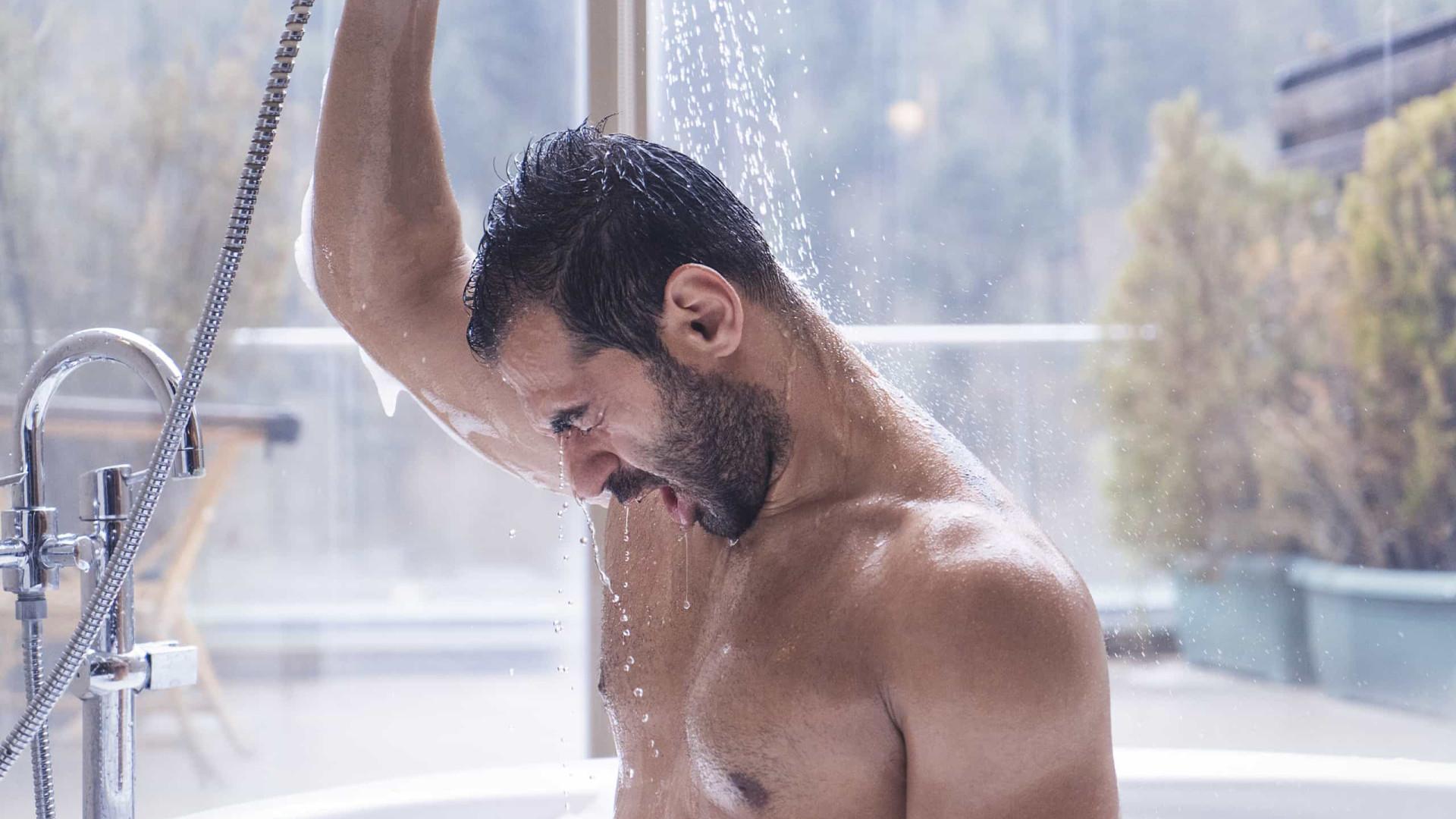 É melhor tomar banho à noite ou de manhã? Ciência debate