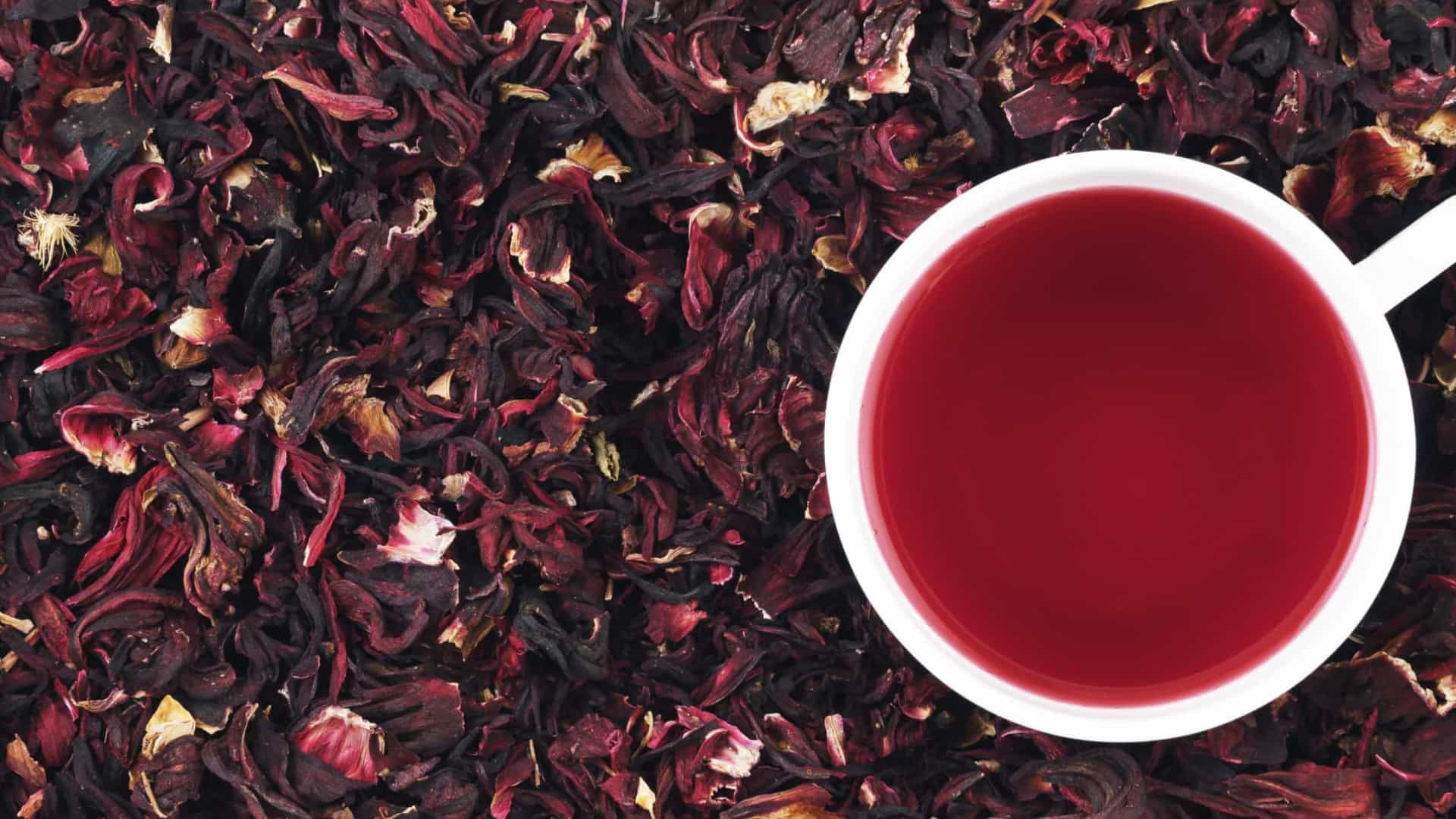Chá de hibisco, um poço de saúde que pode ser saboreado quente ou gelado