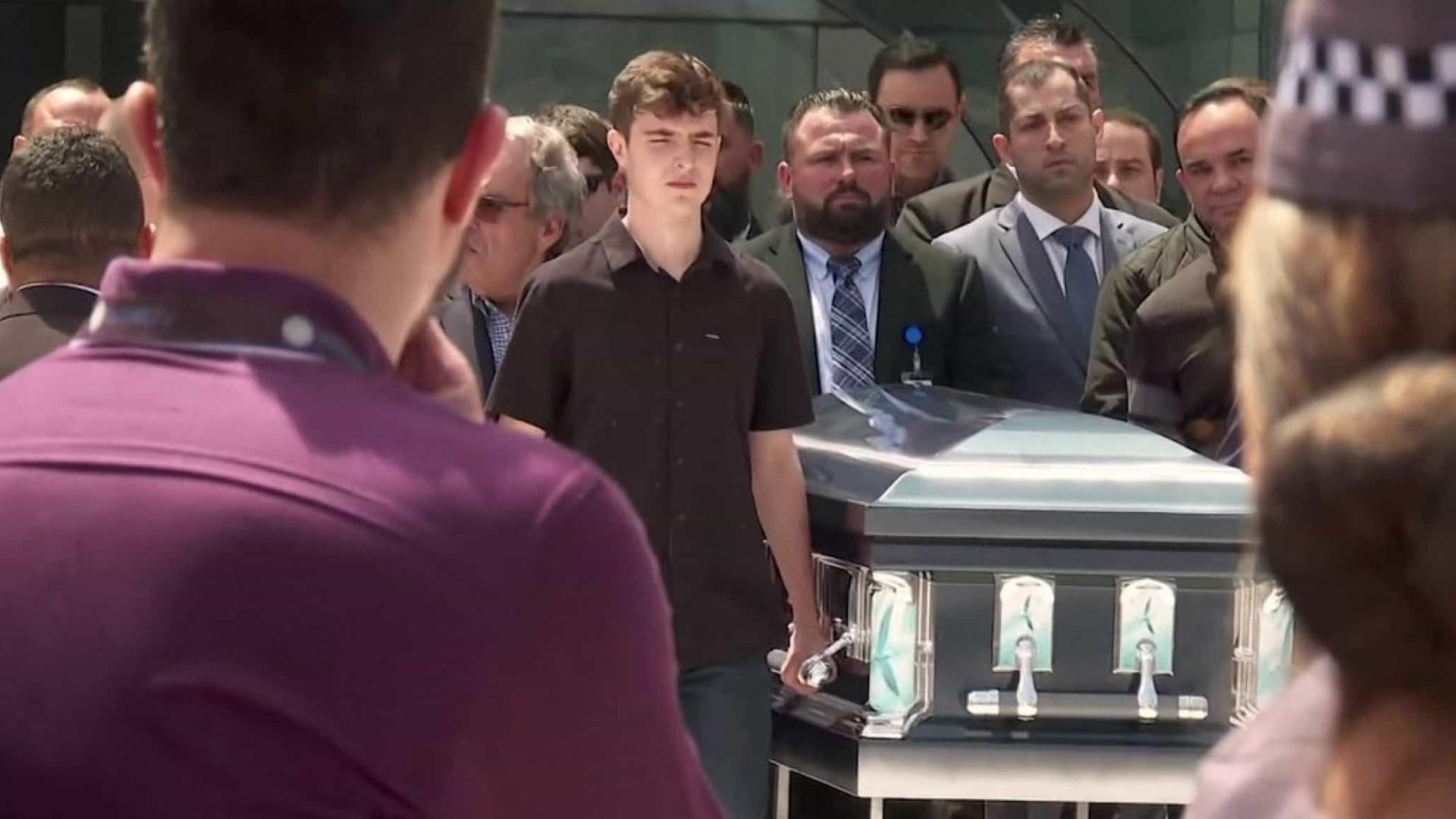 Gugu é enterrado no mesmo dia do sepultamento do pai há 10 anos