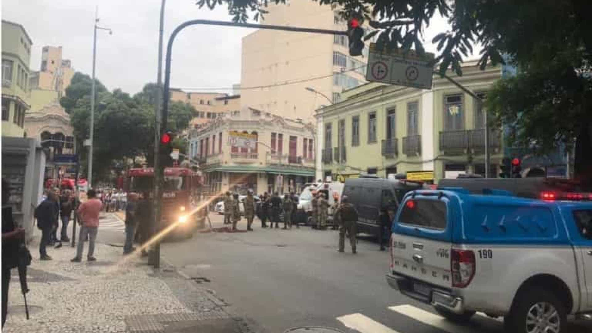 Sequestro no Rio: homem mantém quatro reféns em bar na Lapa