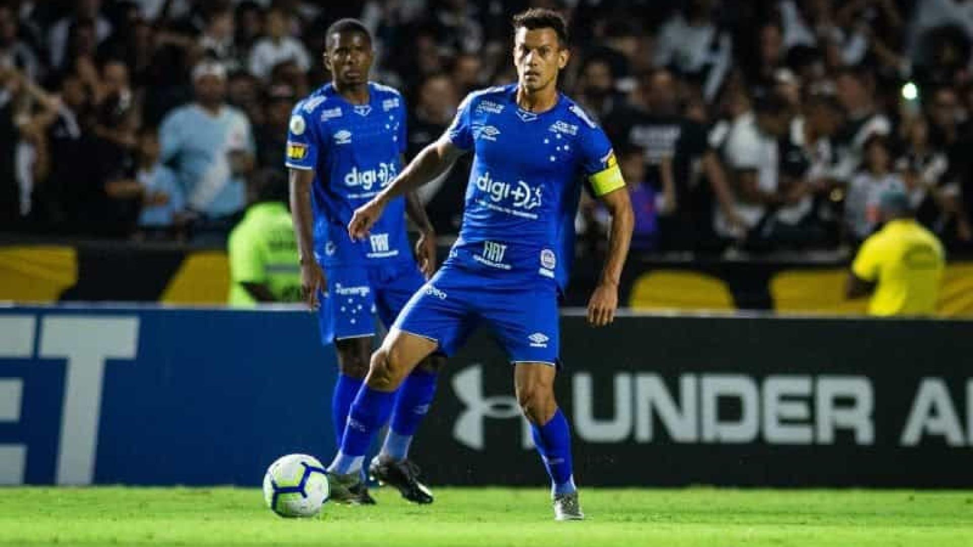 Henrique, do Cruzeiro, recebe alta após acidente de carro