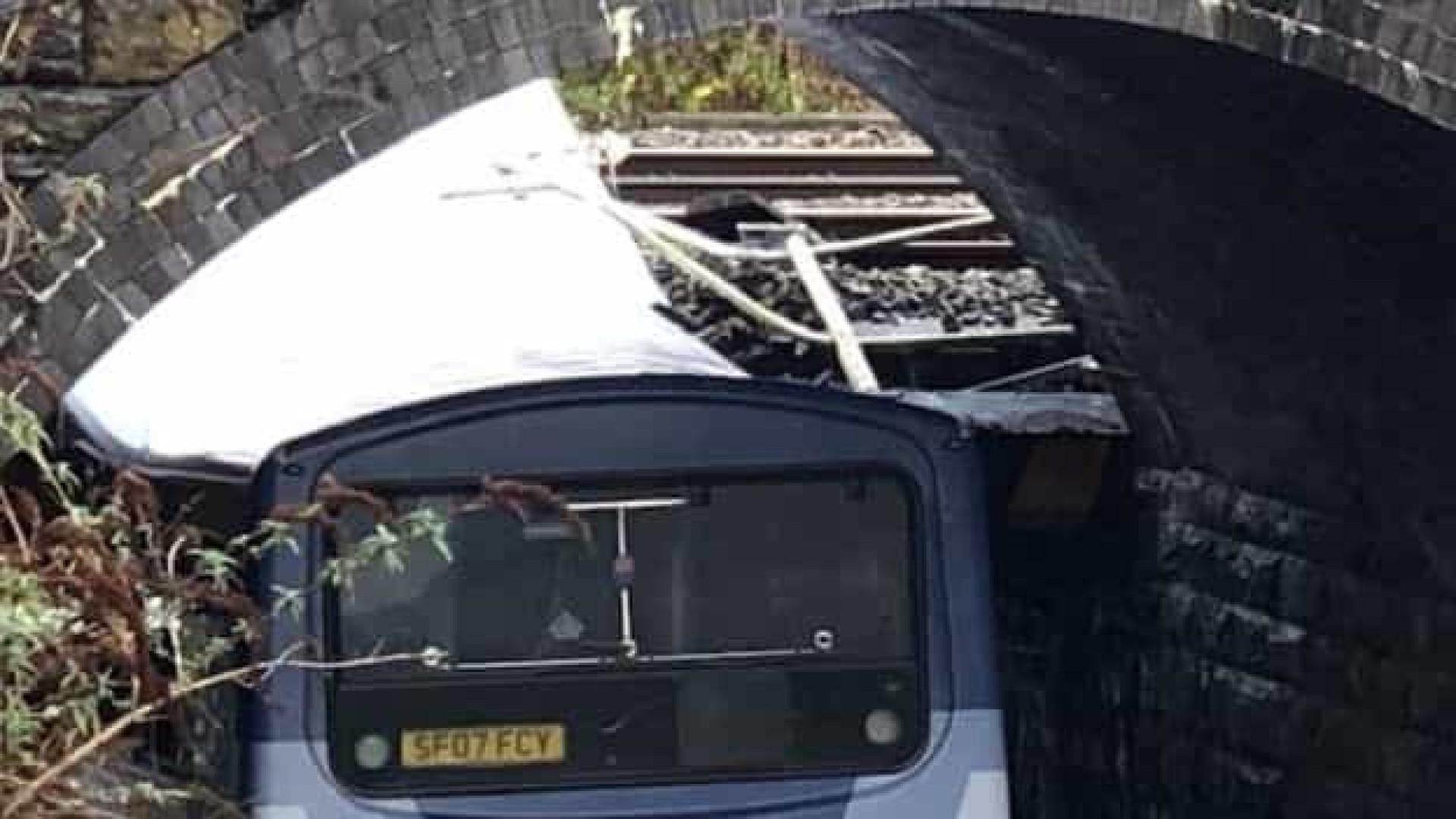 Pelo menos sete feridos após ônibus de dois andares colidir com ponte