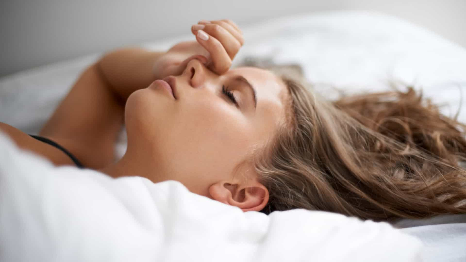 Dormir mais de nove horas por dia aumenta o risco de AVC
