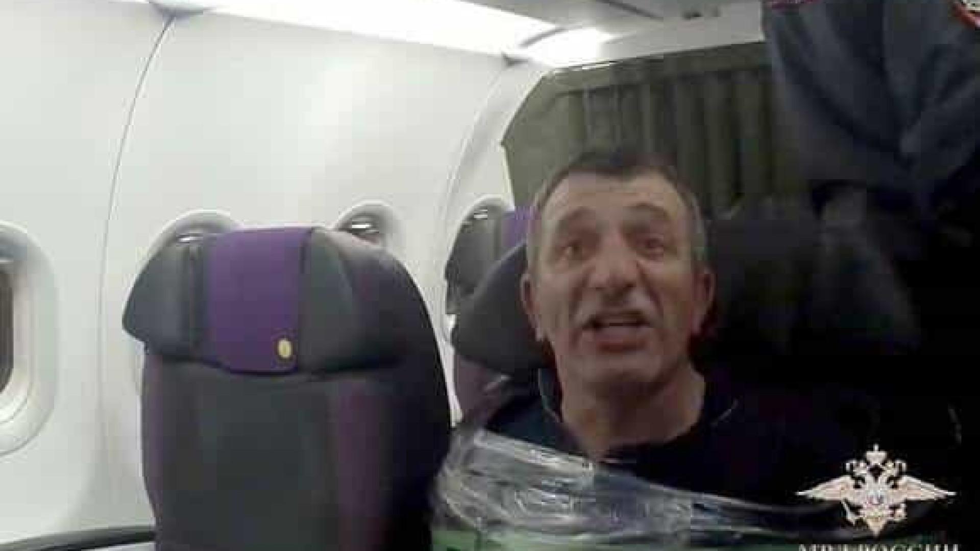 Passageiro causa tumulto em avião e é preso ao banco com fita adesiva