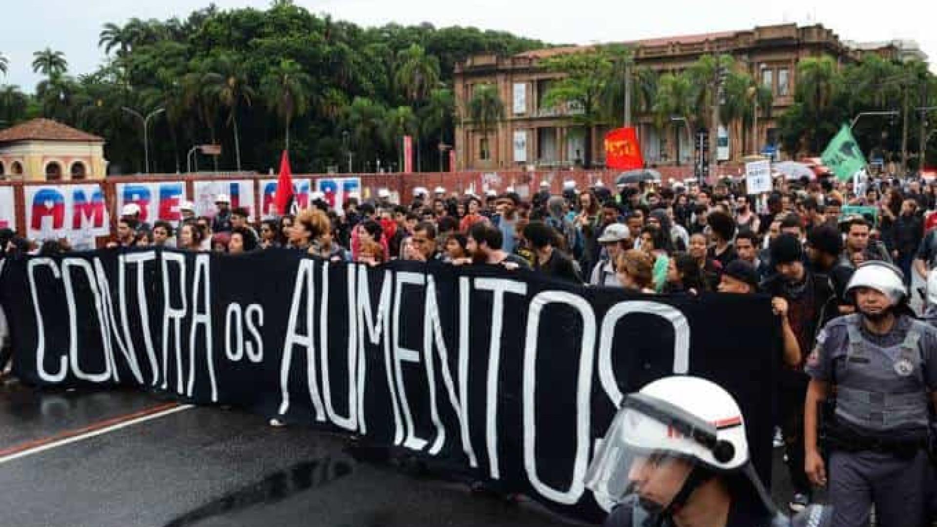 Manifestantes protestam contra reajuste de passagens em SP
