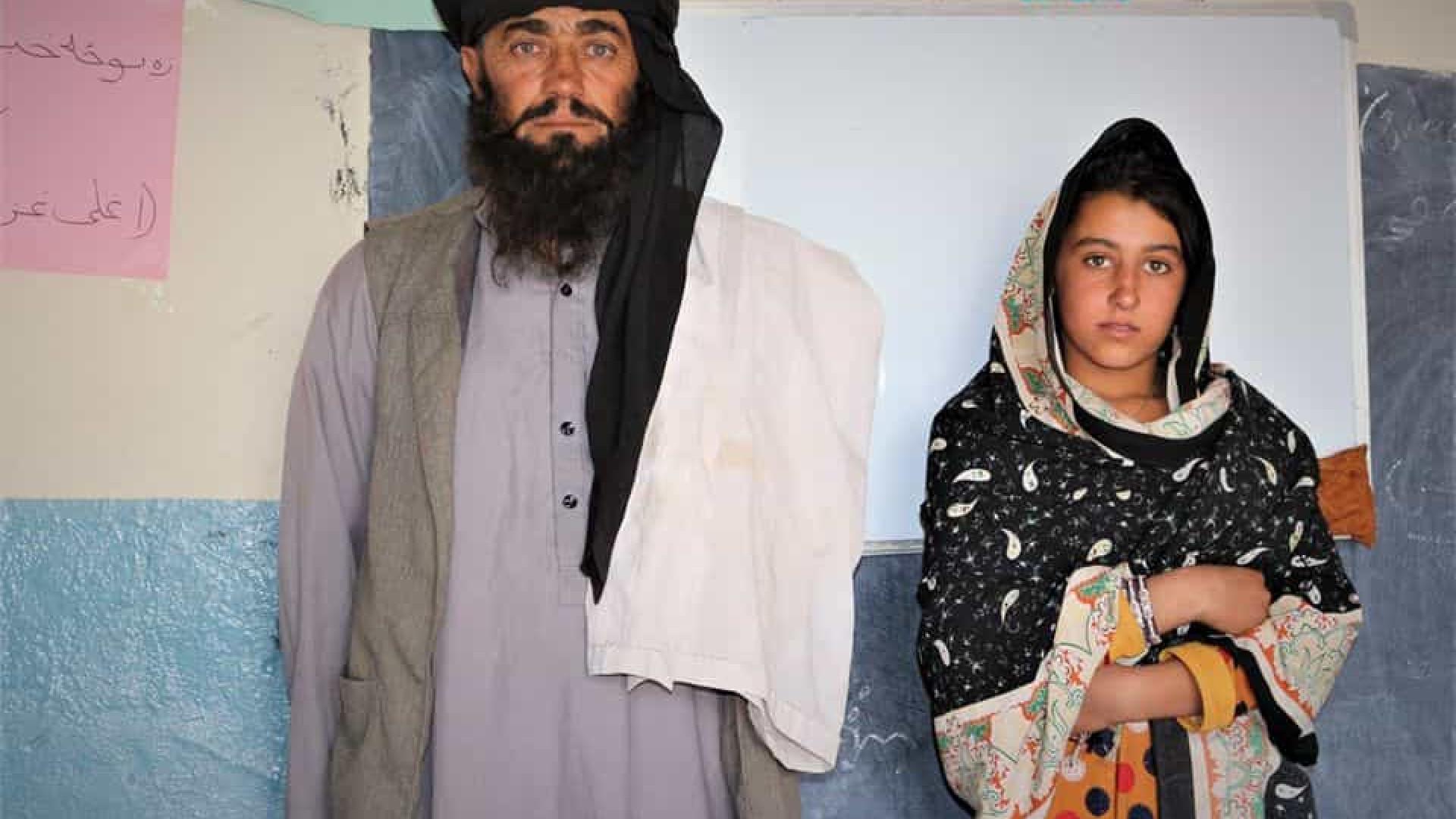 Governo afegão homenageia pai que guia 12km para filhas estudarem
