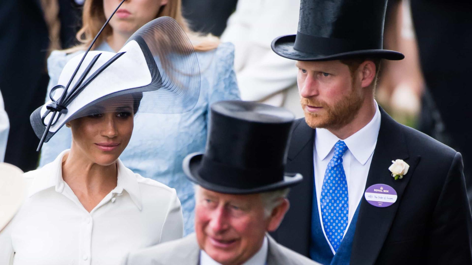 Príncipe Charles é acusado de 'desprezar' Meghan em mensagem pública