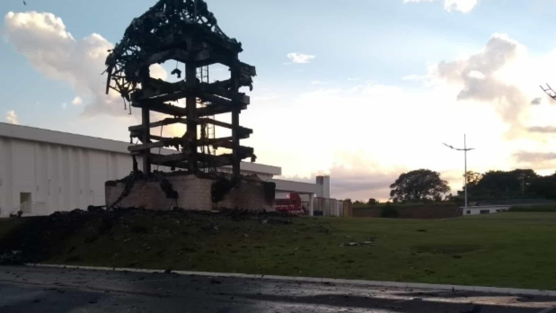 Dono de loja oferece R$ 100 mil por denúncia de incêndio a estátua