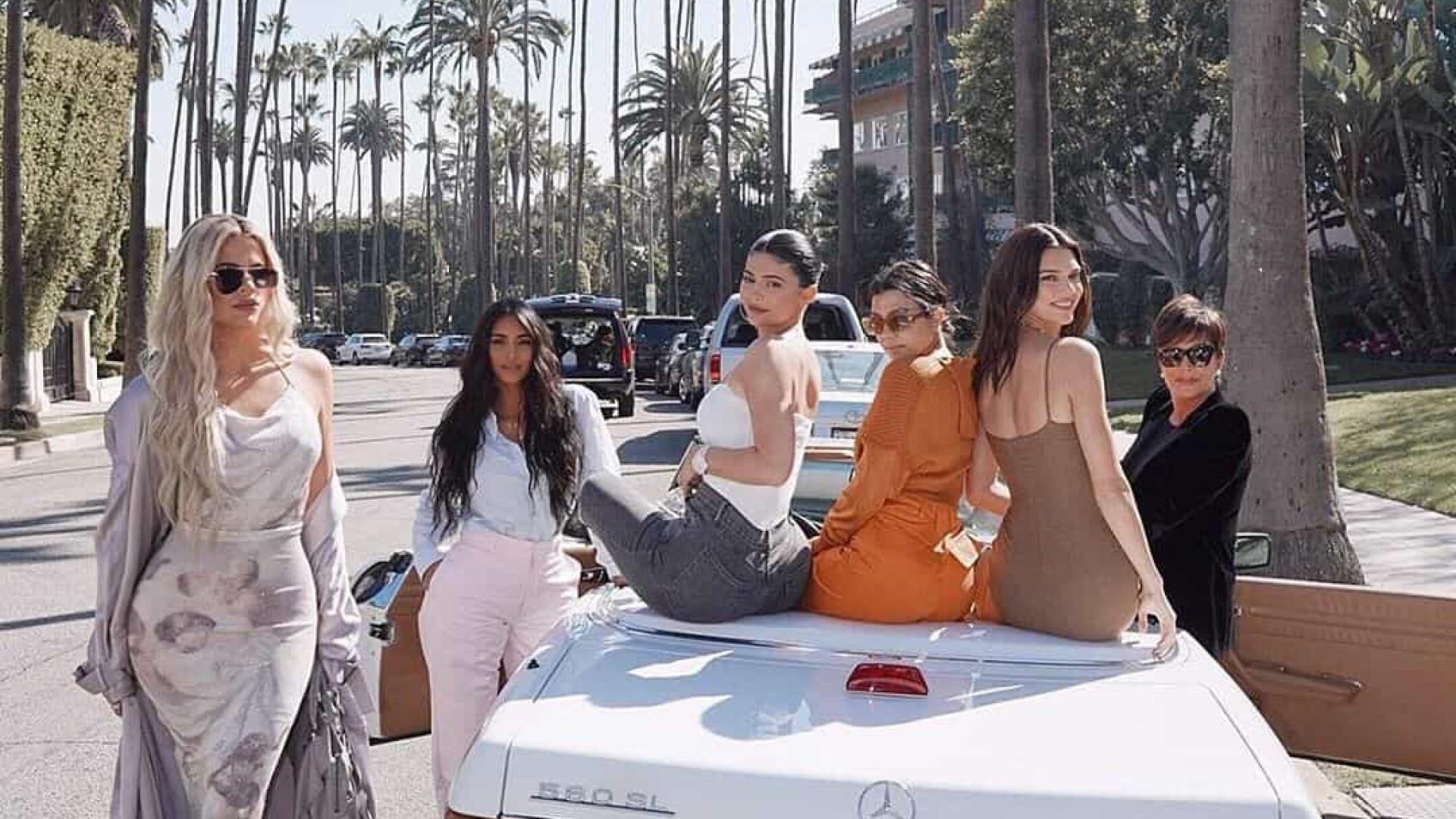 Clã Kardashian/Jenner organiza 'bazar' e põe roupas à venda