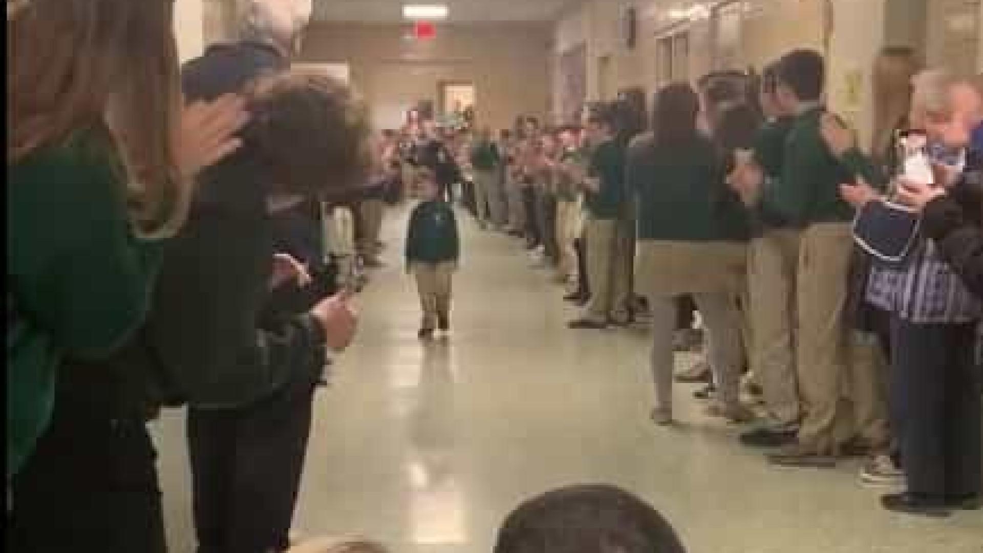 Menino recebido na escola com aplausos após terminar quimioterapia